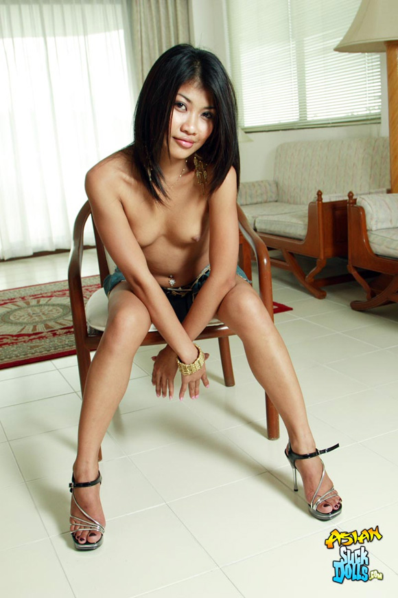 slim-thai-model-strips-and-poses-nude