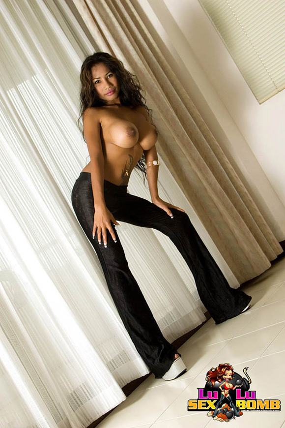 lulu-in-high-heels-shows-off-her-big-breasts
