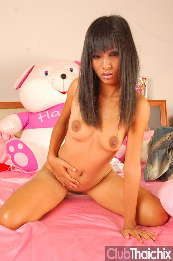 thai-jun-posing-nude-in-bed