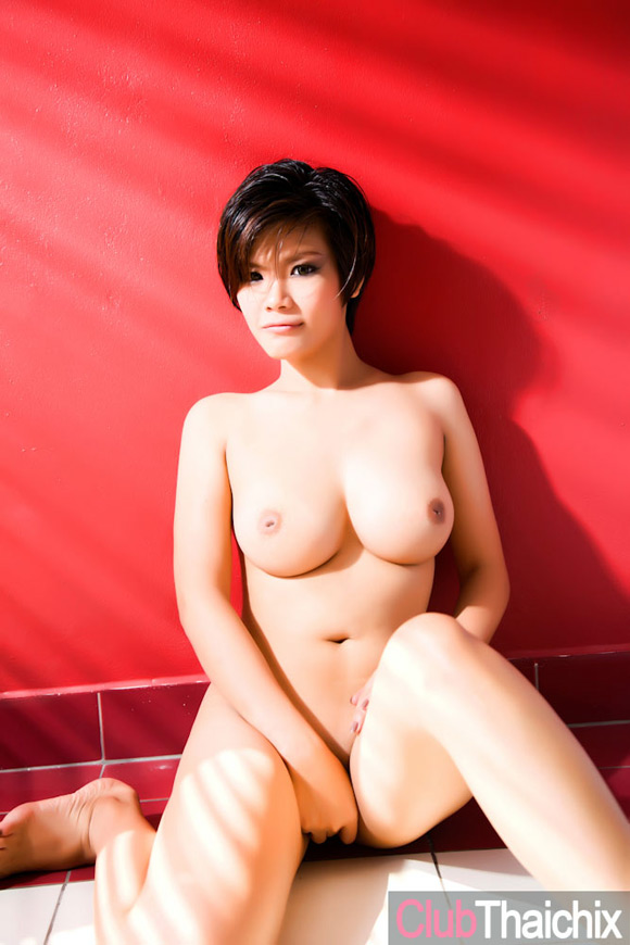 thai-girl-roxie-posing-her-big-breasts